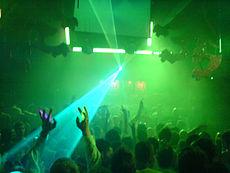 Laserlichten verlichten de dansvloer op een Gatecrasher dance muziek evenement in Sheffield, Engeland