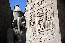 """Cartouches van Ramesses II. Op de middelste staat: """"Ram'ses, Rê maakte hem, geliefde van Amun. p146"""