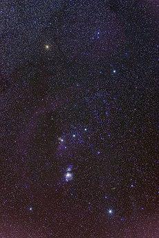 Miecz składa się z mgławicy Oriona (M42), a w jego centrum znajduje się gromada otwarta gwiazd Trapez.