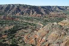 Palo Duro Canyon. De rode, lagere hellingen van de Canyon zijn Perm-oud. Deze lagen werden afgezet in een ondiep marien milieu dat werd afgewisseld door droogvallende wadplaten.