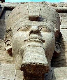 Ramesses II: een van de vier externe zittende standbeelden in Abu Simbel