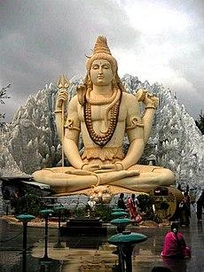 Statue von Shiva in yogischer Meditation. Die Statue befindet sich in Bangalore, Indien.