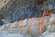 Laagje bitumineuze steenkool aan de kust in Nova Scotia