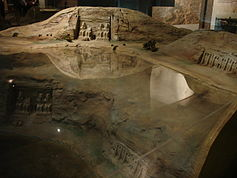 Een schaalmodel van de oorspronkelijke en de huidige locatie van de tempel