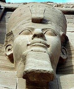 Close-up van Ramesses II, met de dubbele kroon van Neder- en Opper-Egypte