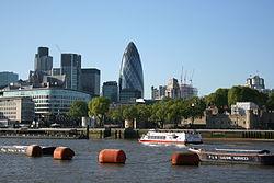 """De rivier de Theems maakt deel uit van het transportsysteem van Londen. Deze foto toont de """"City of London""""."""