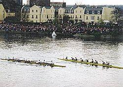 Een foto van de bootrace tussen Oxford en Cambridge