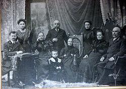 Boris Barvinok (chlapec v popředí) se třemi generacemi svých předků.