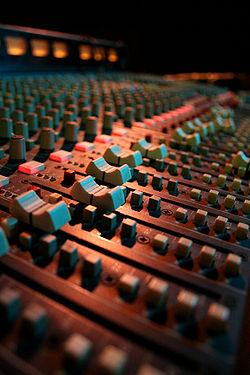 Faders de mixage audio au pub Bull & Gate à Kentish Town, dans le nord de Londres.