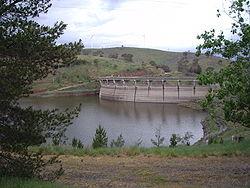 Carcoar Dam met Blayney Windmolenpark op de achtergrond