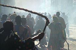 Mannen in het carnaval van de Dominicaanse Republiek dragen zwepen als teken van straf voor zonden.