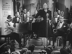 Count Basie mit seinem Orchester und der Sängerin Ethel Waters, in dem Film Stage Door Canteen, 1943