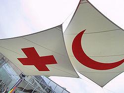 Het Rode Kruis en de Rode Halve Maan zijn twee internationale symbolen die een veldhospitaal en andere medische faciliteiten identificeren