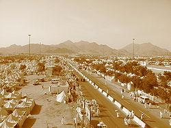 Widok na Makkę w czasie hadżdżu, z górą Arafat w oddali.