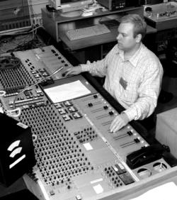 Een ingenieur bij een van de audioconsoles van de Deense omroeporganisatie (Danmarks Radio). De console is een NP-elektroakustik speciaal gemaakt voor Danmarks Radio in de jaren tachtig.