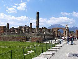 De Tempel van Jupiter met de Vesuvius op de achtergrond.