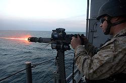 Een U.S. Navy 7,62 mm GAU-17/A Minigun. Het heeft een elektromotor aan de bovenzijde die het laden, prepareren en afvuren doet. Let op de snelle uitwerping van de cartridgehouder