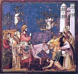 Иисуса, едущего в Иерусалим, приветствуют толпы людей, которые используют свои плащи и ветви, чтобы сделать для Него ковер. Джотто, 1300