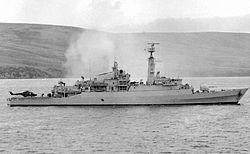 Het Britse schip HMS Antelope nadat het was geraakt door Argentijnse wapens