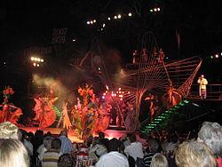 Showgirls op het podium, toeristen aan de tafels. De Tropicana in Havana