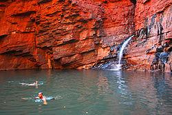 Weano Gorge in het Karijini National Park: de helderrode lagen van de ijzerhoudende Archeologische rotsen van de Pilbara.