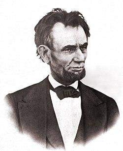 Última foto conhecida de Abraham Lincoln, tirada na varanda da Casa Branca, 6 de março de 1865