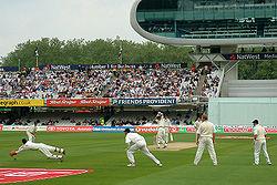 Note wicket-keeper à esquerda. Inglaterra vs Nova Zelândia em Lords, a casa do grilo