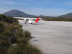 Een toeristenvliegtuig maakt zich klaar om op te stijgen van de Melaleuca Airstrip