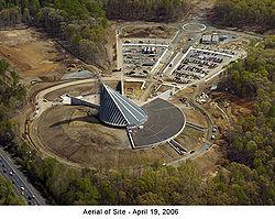 Luchtfoto van het museum in aanbouw in april 2006