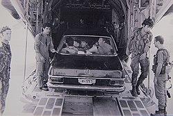 Commando's van Sayeret Matkal met de Mercedes die ze gebruikten om de Oegandezen te misleiden