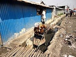 Opruimen van afwateringskanalen in Kenia