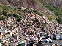 In Rio de Janeiro, een stad die beroemd is om zijn schoonheid, liggen tussen de rijkste wijken grote sloppenwijken. Veel van de grote steden in de wereld hebben dit soort armoedige gebieden.