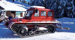 Een sneeuwmobiel met rupsbanden