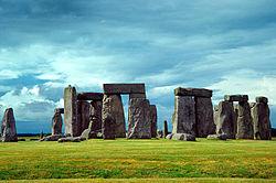 Stonehenge in England wurde vor etwa 4500-4000 Jahren erbaut. Diese Zeit war in der Jungsteinzeit der Steinzeit.