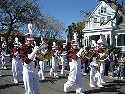 Een middelbare schoolband in de carnavalsoptocht in New Orleans