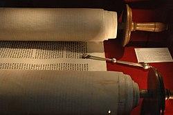 Eine Thora ist eine Art Schriftrolle, die noch heute verwendet wird.