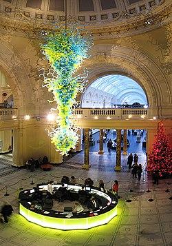 In 2000 werd een 11 meter hoge, geblazen glazen kroonluchter van Dale Chihuly als centraal punt boven het bezoekersgedeelte in de rotonde bij de hoofdingang van de V&A geïnstalleerd.
