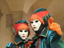 Twee elegant geklede figuren op het Carnaval van Venetië