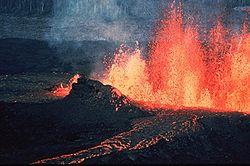 Een vulkaanuitbarsting is het vrijkomen van opgeslagen energie van onder het aardoppervlak. De warmte is voornamelijk afkomstig van radioactief verval en convectie in de kern en de mantel van de aarde.