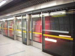 Drzwi ekranowe peronu na stacji Westminster.