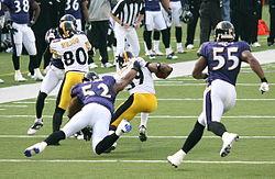 De Ravens defense verdringt de Steelers' offense in een 2006 route. Zichtbaar voor de Ravens zijn Ray Lewis (#52) en Suggs (#55).