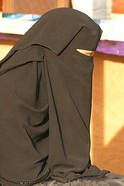 Een Saoedische vrouw die een traditionele niqab draagt.