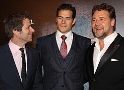 Zack Snyder (links), Henry Cavill (midden) en Russell Crowe (rechts) op de première van Man of Steel, juni 2013
