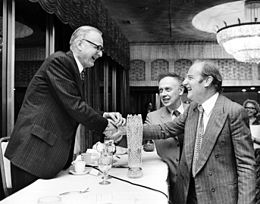 James D. Watson und Francis Crick (rechts), mit Maclyn McCarty (links)
