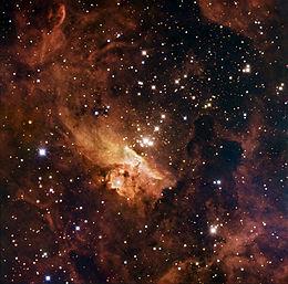Otwarta gromada gwiazd Pismis 24 znajduje się w mgławicy NGC 6357. Znajdują się w niej jedne z największych znanych gwiazd. Pismis 24-1 ma masę prawie 300 razy większą od masy Słońca. Jest to układ wielokrotny składający się z co najmniej trzech gwiazd. Dziwne kształty, jakie przybierają chmury, są wynikiem ogromnego promieniowania emitowanego przez te ogromne, gorące gwiazdy. Obraz ten łączy w sobie dane z trzech różnych filtrów w świetle widzialnym z 1,5-metrowego duńskiego teleskopu w Obserwatorium ESO La Silla w Chile.