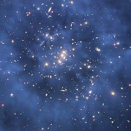 ダークマターは目 に見えない。重力レンズの効果により、同じ銀河の複数の画像が表示される。これを説明するために、暗黒物質のリングが提案されています。この画像では、銀河 団 (CL0024+17) の暗黒物質が青く見えています。