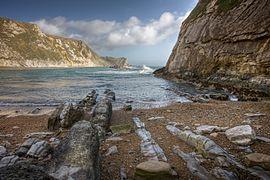 Man o' War Bay aan de kust van Dorset (Jurassic Coast). De lagen zijn hier bijna verticaal, als gevolg van de oude orogenese.