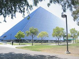 De Walter Piramide, het meest prominente sportcomplex van de universiteit en de meest herkenbare bezienswaardigheid.