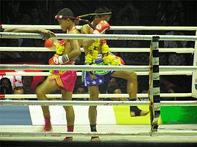 Een gevecht van Thaiboksen tussen jongeren in Bangkok.