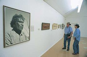 Beeld van Aboriginal man in de Albert Namatjira kunstgalerie, Alice Springs, Northern Territory, Australië
